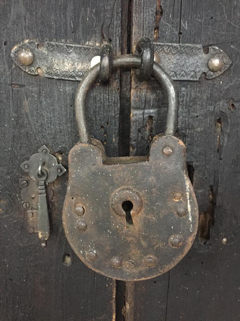 Imagen que contiene metal, suelo, accesorios metálicos, de madera  Descripción generada automáticamente